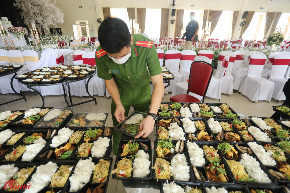 Cùng ngày, Phòng Cảnh sát Quản lý hành chính về trật tự xã hội Công an tỉnh cũng tổ chức nấu hơn 1.000 suất cơm gửi tặng người dân đang cách ly tại Khu cách ly ký túc xá của Đại học Huế