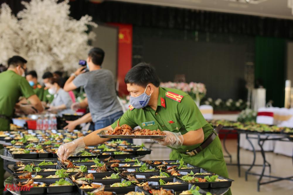 toàn bộ số cơm này sẽ được đơn vị đưa đến khu cách ly T3 ký tức xá của trường Đào tạo ngân hàng Công thương ở phường Phú Thượng, TP. Huế gửi tặng cho người dân đang cách ly tập trung tại đây.