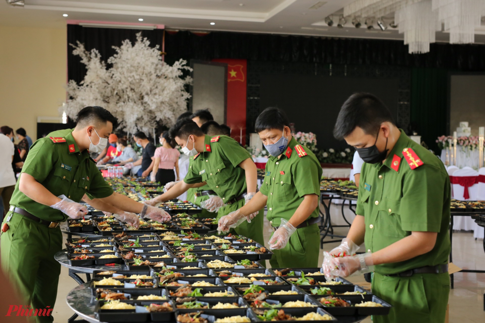 Những suất ăn trưa hiện tấm lòng của người chiến sĩ CSND đối với bà con xa quê được trở về nhà