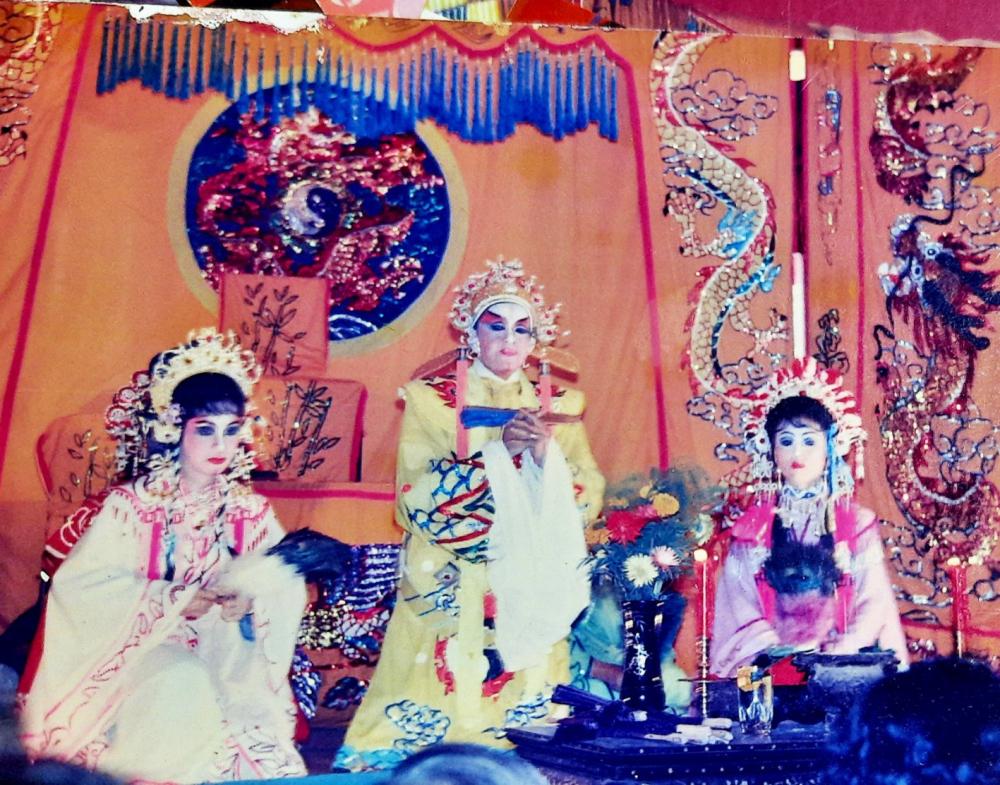NSƯT Ngọc Khanh trên sân khấu những năm thập niên 1990