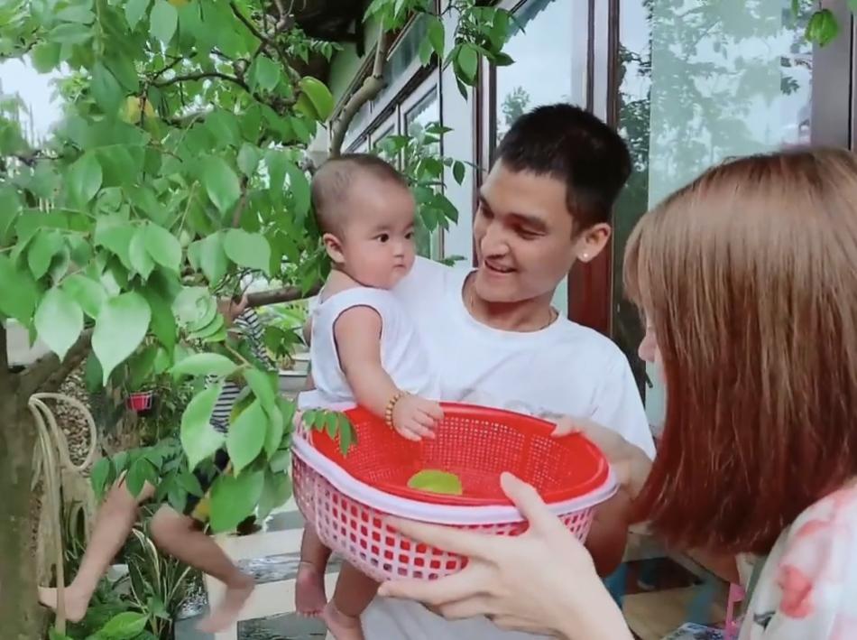 Gia đình nam diễn viên chơi đùa trong khu vườn nhỏ xinh