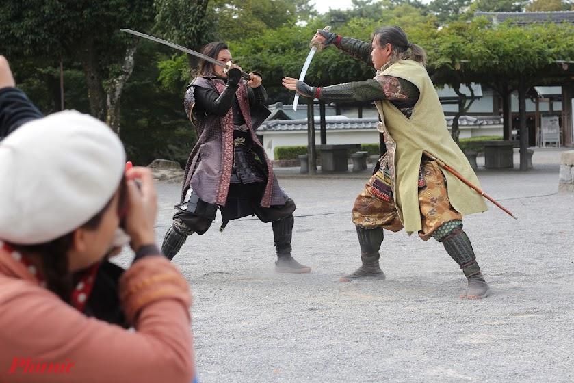 Buổi biểu diễn kéo dài từ 30-45 phút. Trong thời gian này, các võ sĩ Samurai sẽ thể hiện những màn võ thuật, kiếm thuật đẹp mắt, từ đấu đôi, đến múa đơn.