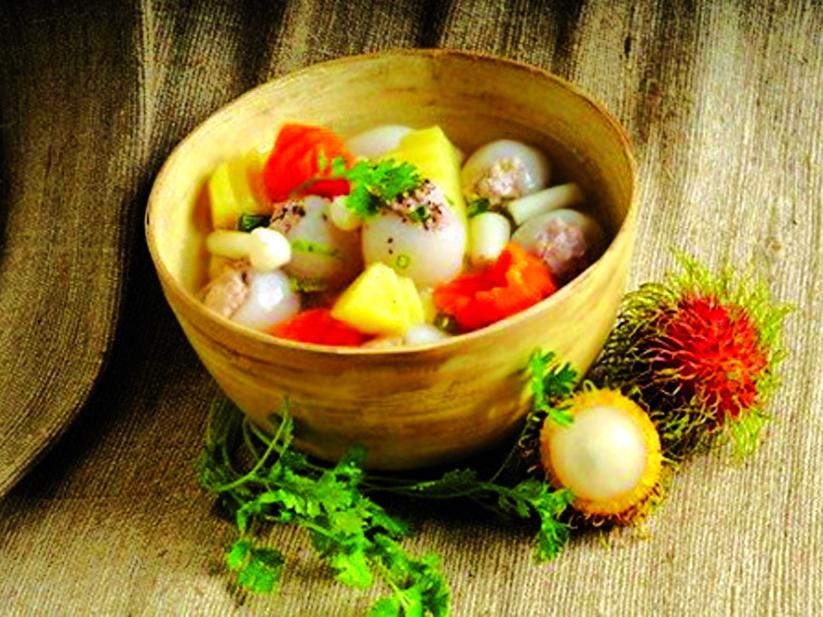 Từ chôm chôm, ngoại còn nấu thành mấy món hấp dẫn cho bữa cơm chính thêm phần đa dạng