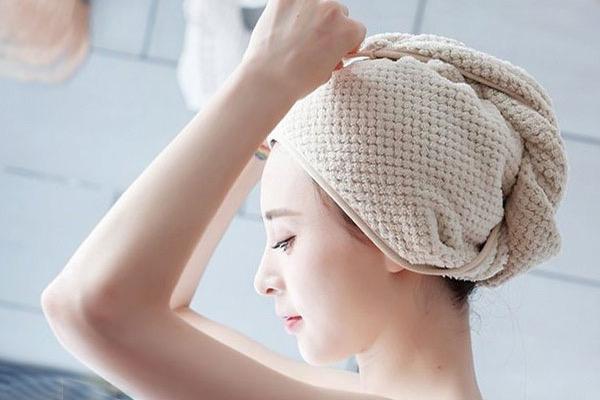 Dùng bia, mật ong phục hồi tóc chẻ ngọn do nhuộm tóc