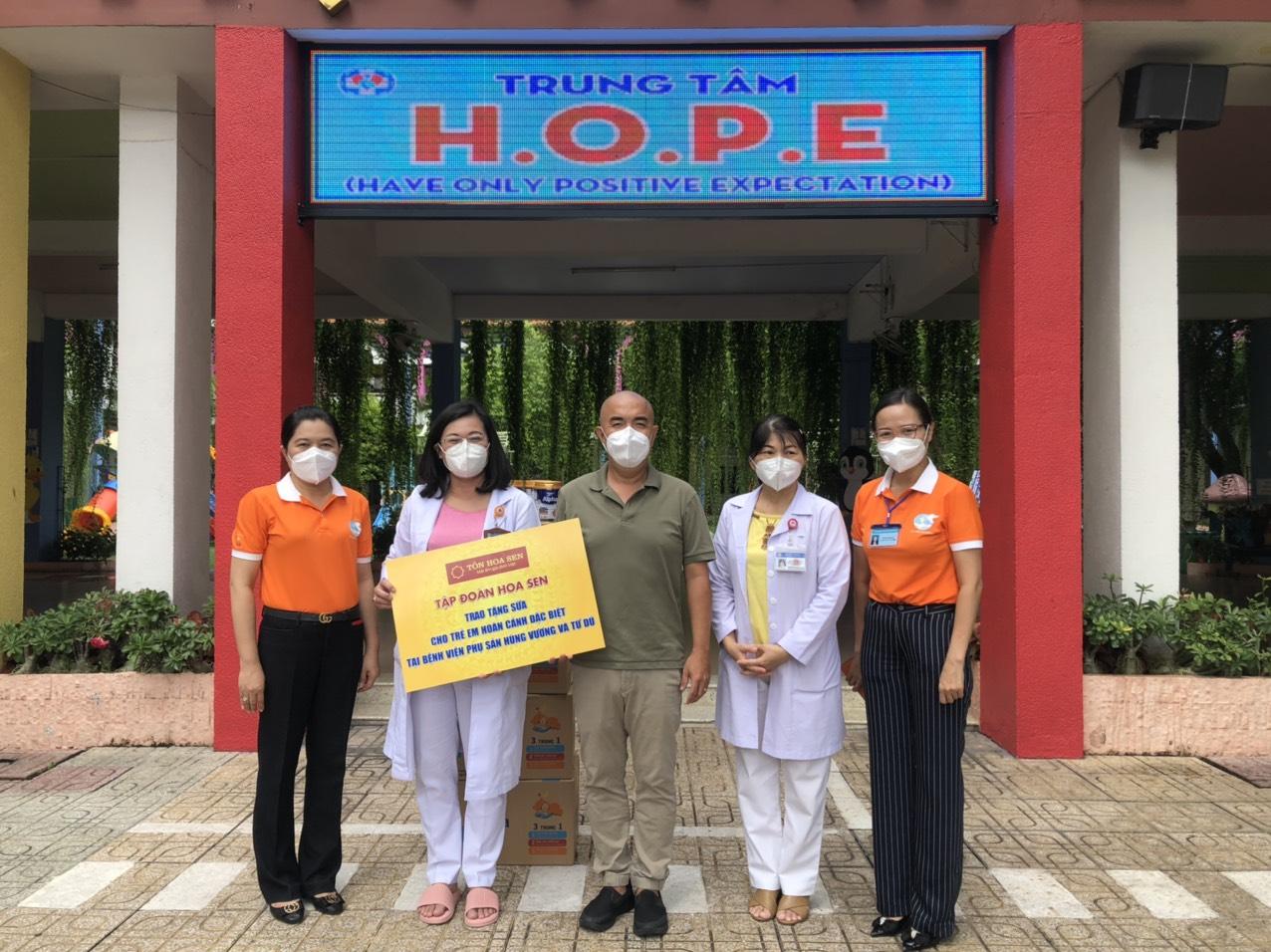 Hội LHPN TPHCM cùng nghệ sĩ Quốc Thuận tặng sữa cho trẻ sơ sinh
