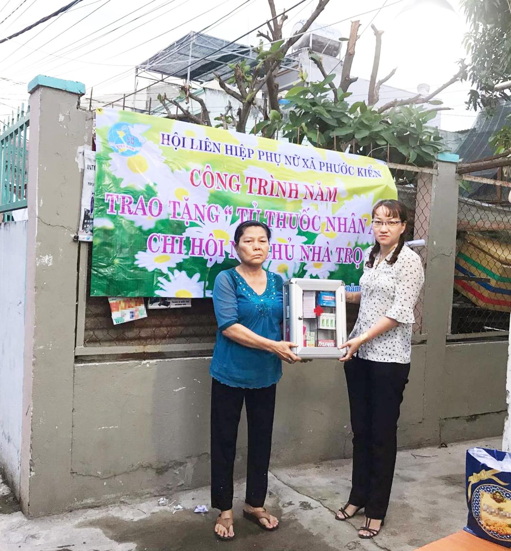 Từ trước khi dịch COVID-19 xảy ra, cô Chính (trái) đã cùng Hội LHPN xã Phước Kiển thực hiện nhiều hoạt động an sinh xã hội