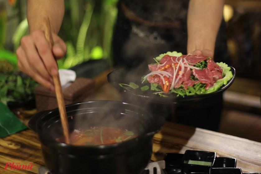 Tùy khẩu vị, sở thích, món ăn có nhiều biến tấu khác nhau, nhưng luôn có bốn nguyên liệu chính là thịt bò, ớt, cà chua và khổ qua.