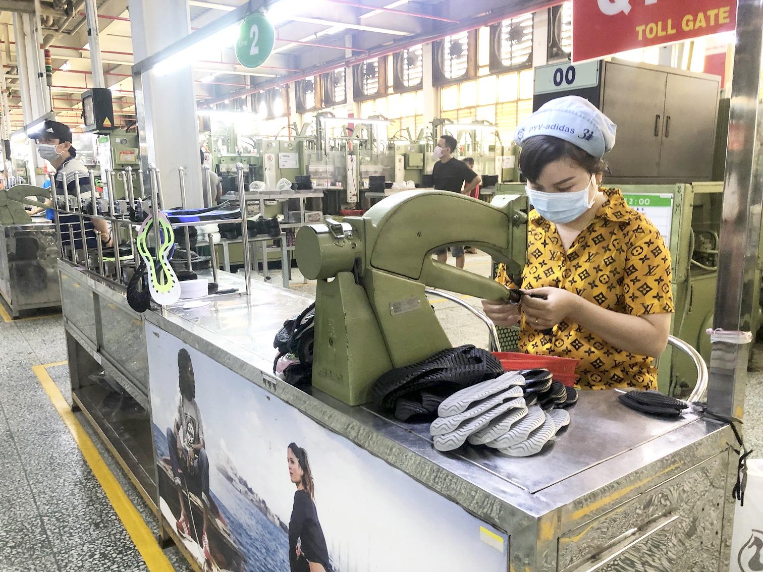 Hoạt động sản xuất của nhiều doanh nghiệp đang bị ảnh hưởng nghiêm trọng bởi dịch bệnh (trong ảnh: công nhân Công ty Pouyuen đang sản xuất lúc công ty chưa tạm ngừng hoạt động) - ẢNH: QUỐC NGỌC