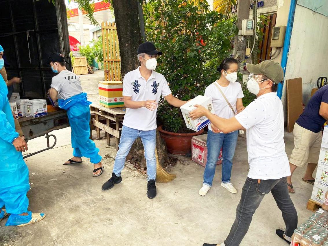 """Nhóm thiện nguyện của nghệ sĩ Quang Thảo cùng tham gia chương trình """"Kết nối sẻ chia vì tuyến đầu chống dịch"""" của Báo Phụ Nữ TP.HCM tại Bệnh viện thu dung điều trị COVID-19 Cù Lao Minh, tỉnh Bến Tre"""