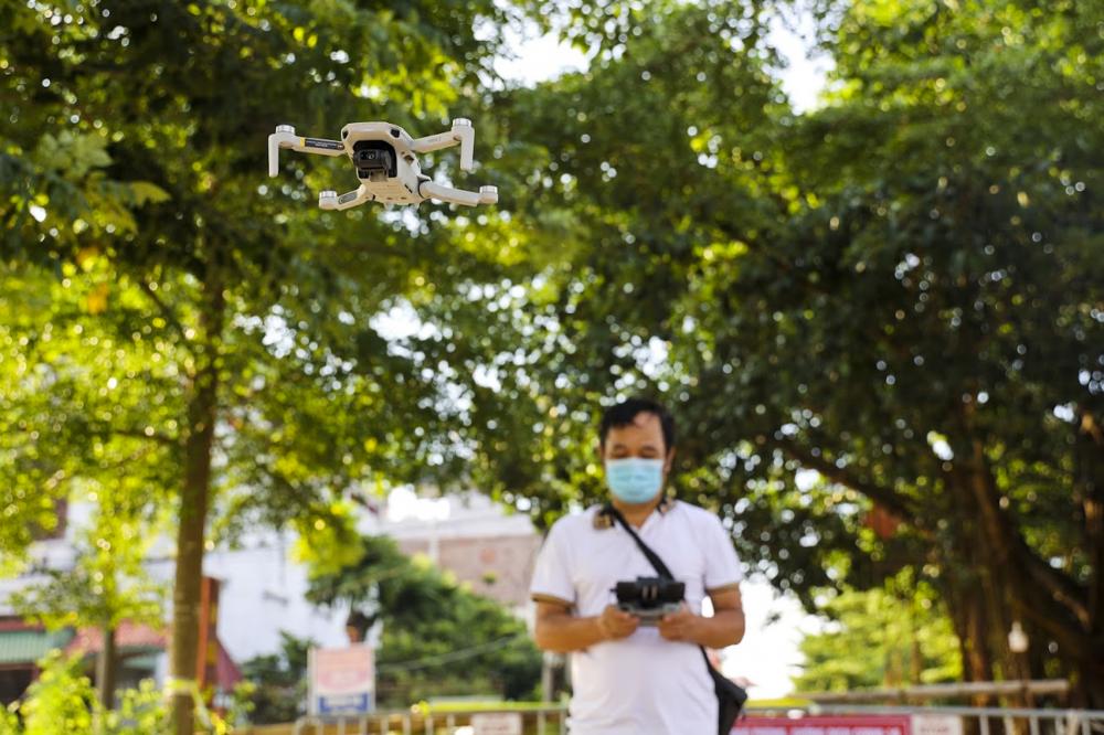 Việc sử dụng flycam giám sát tiết kiệm nguồn nhân lực, có thể kiểm tra tất cả ngóc ngách, ngõ xóm, thậm chí những nơi phương tiện khó di chuyển. Dự kiến, công tác giám sát bằng thiết bị công nghệ này sẽ được thí điểm thực hiện cho tới khi các thôn hết phong tỏa, cách ly.