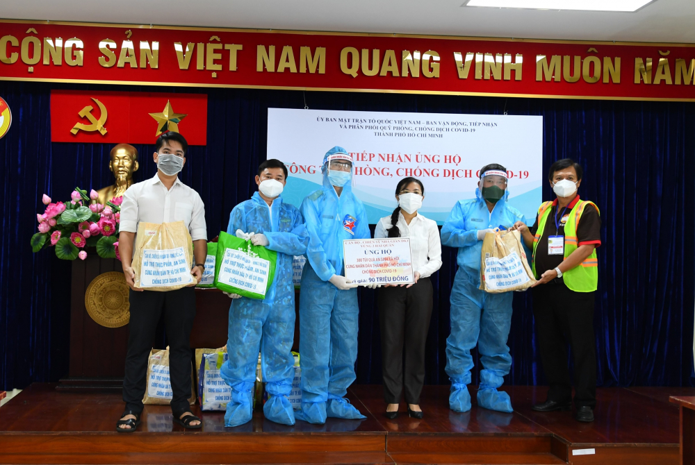 Ủy ban MTTQ Việt Nam TPHCM tiếp nhận 300 túi quà an sinh từ Tiểu đoàn DK1. Ảnh: Minh Thắng.