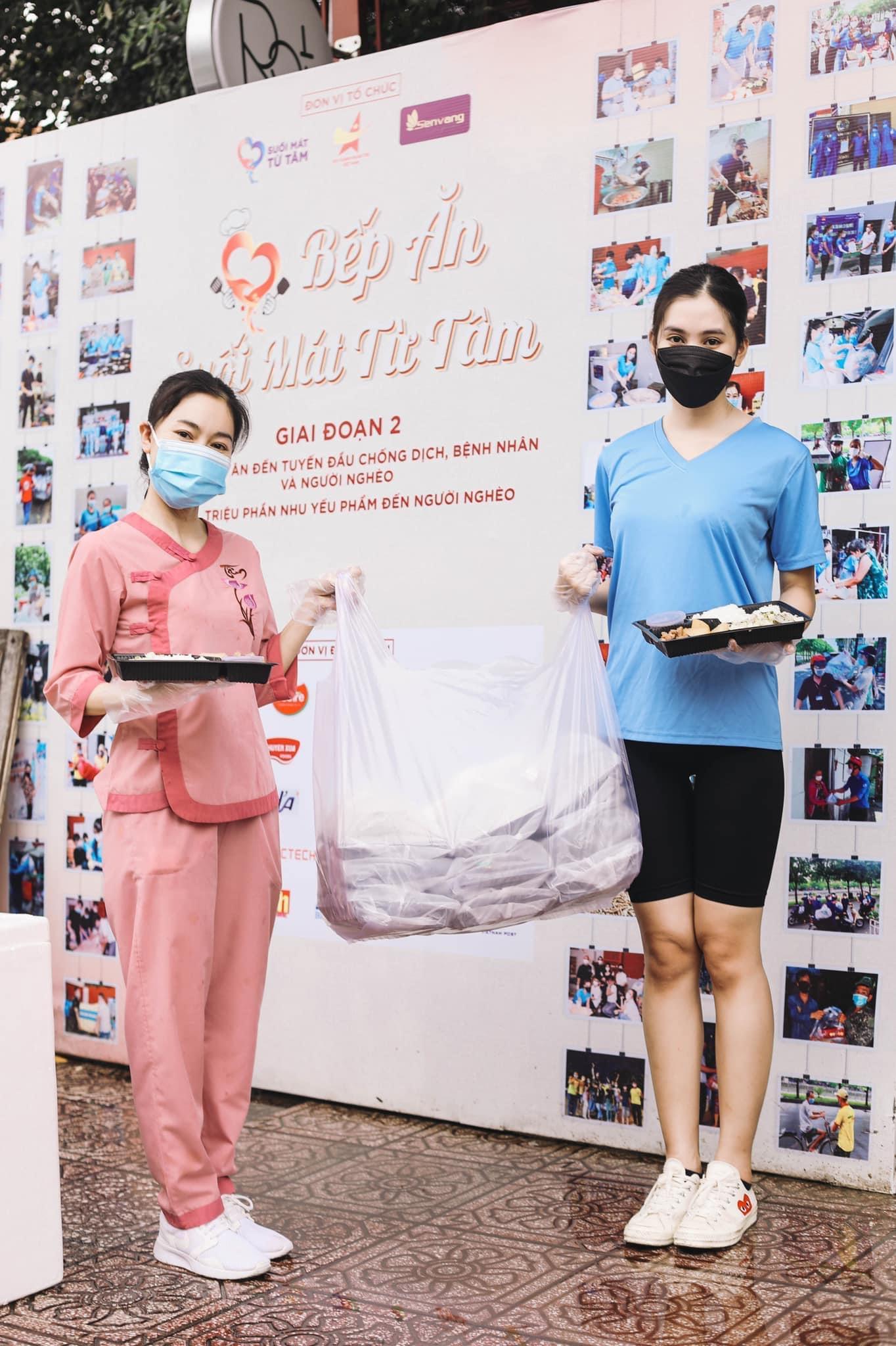 Hoa hậu Tiểu Vy (phải) tham gia bếp ăn từ thiện suốt nhiều tháng qua