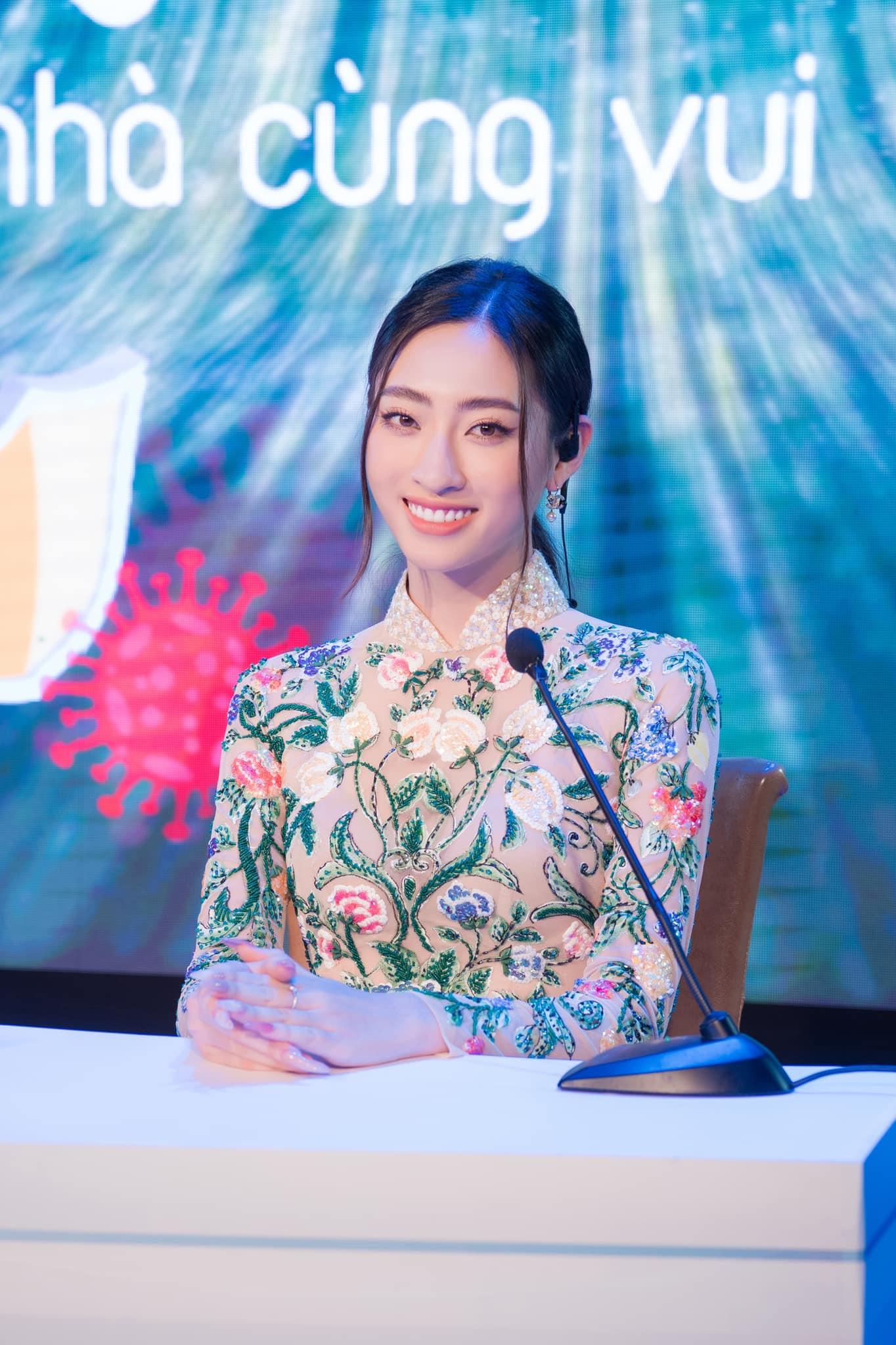 Lương Thuỳ Linh dẫn chương trình Ở nhà cũng vui