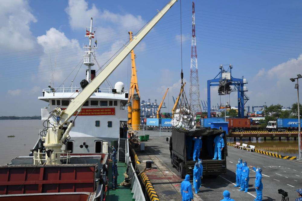 Vùng 2 Hải quân vận chuyển lương thực - thực phẩm, hàng hóa từ các tỉnh miền Tây hỗ trợ TPHCM chống dịch. Ảnh: Minh Thắng.