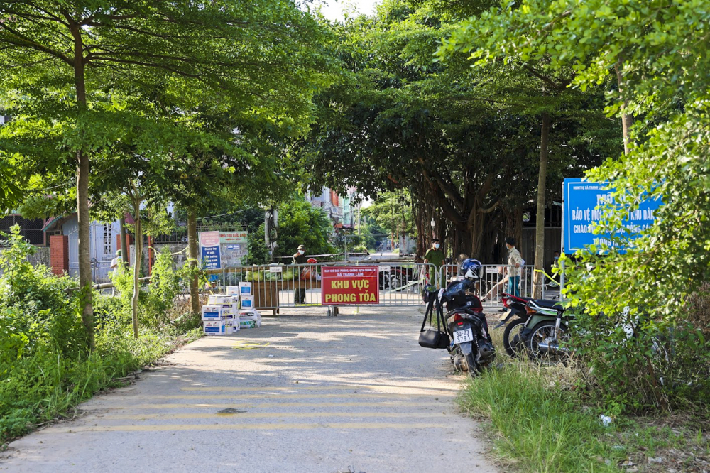 Nhiều ngày qua, huyện Mê Linh (Hà Nội) đã triển khai sử dụng flycam - thiết bị bay quay video được điều khiển từ xa để ghi hình, kiểm soát người dân chấp hành phòng, chống dịch tại các thôn, xóm có ca nhiễm dương tính với virus SARS-CoV-2.