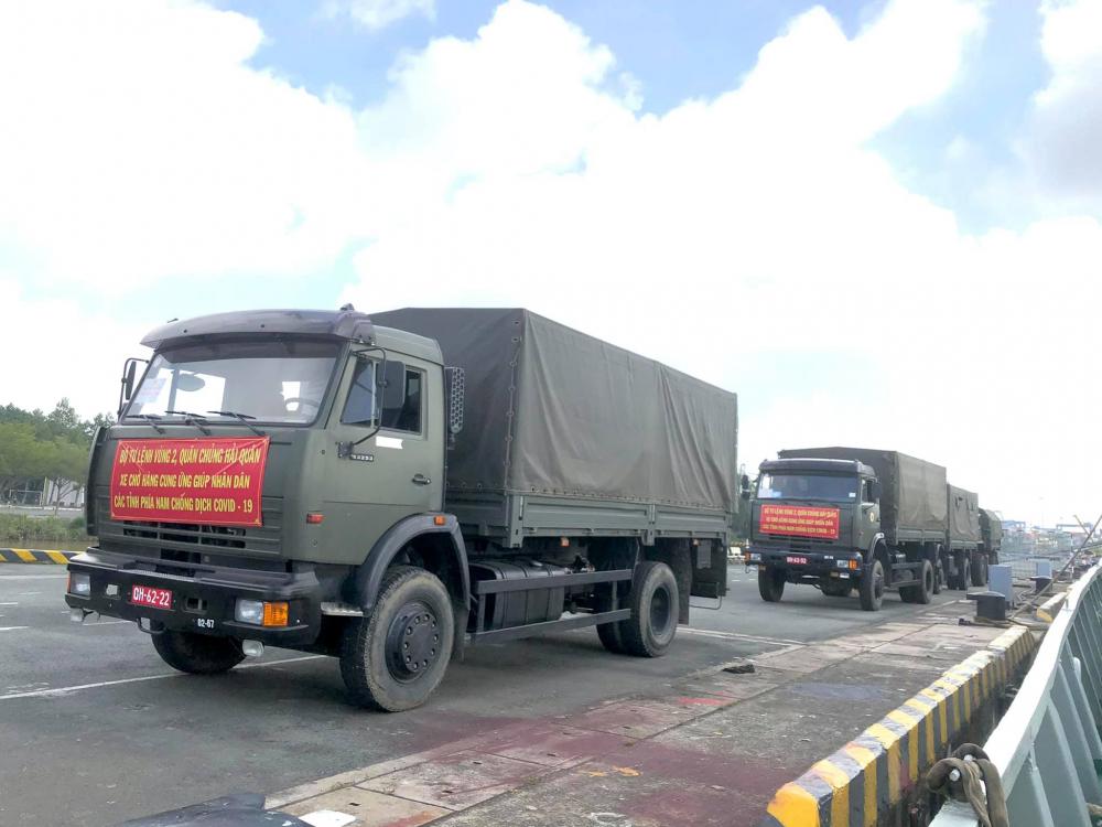 Vùng 2 Hải quân hỗ trợ vận chuyển hàng hóa tiếp ứng TPHCM chống dịch. Ảnh: Minh Thắng.