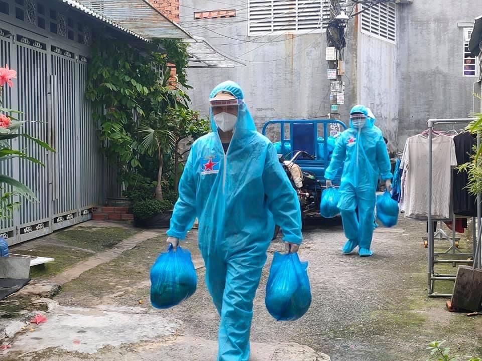 Chiến sĩ Vùng 2 Hải quân hỗ trợ mang nhu yếu phẩm đến cho người dân TPHCM tại các khu dân cư. Ảnh: Minh Thắng.