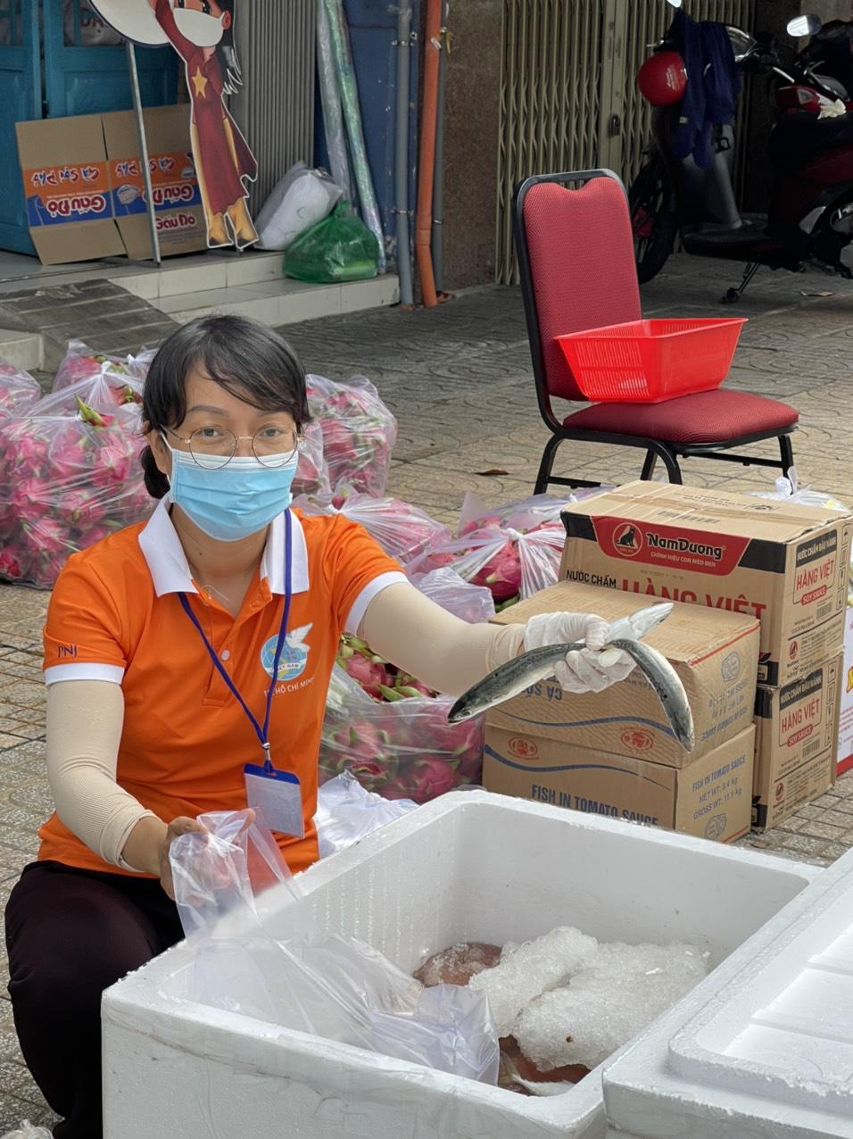 Chị Lê Thị Trức Phương soạn cá theo đơn hàng của người dân.