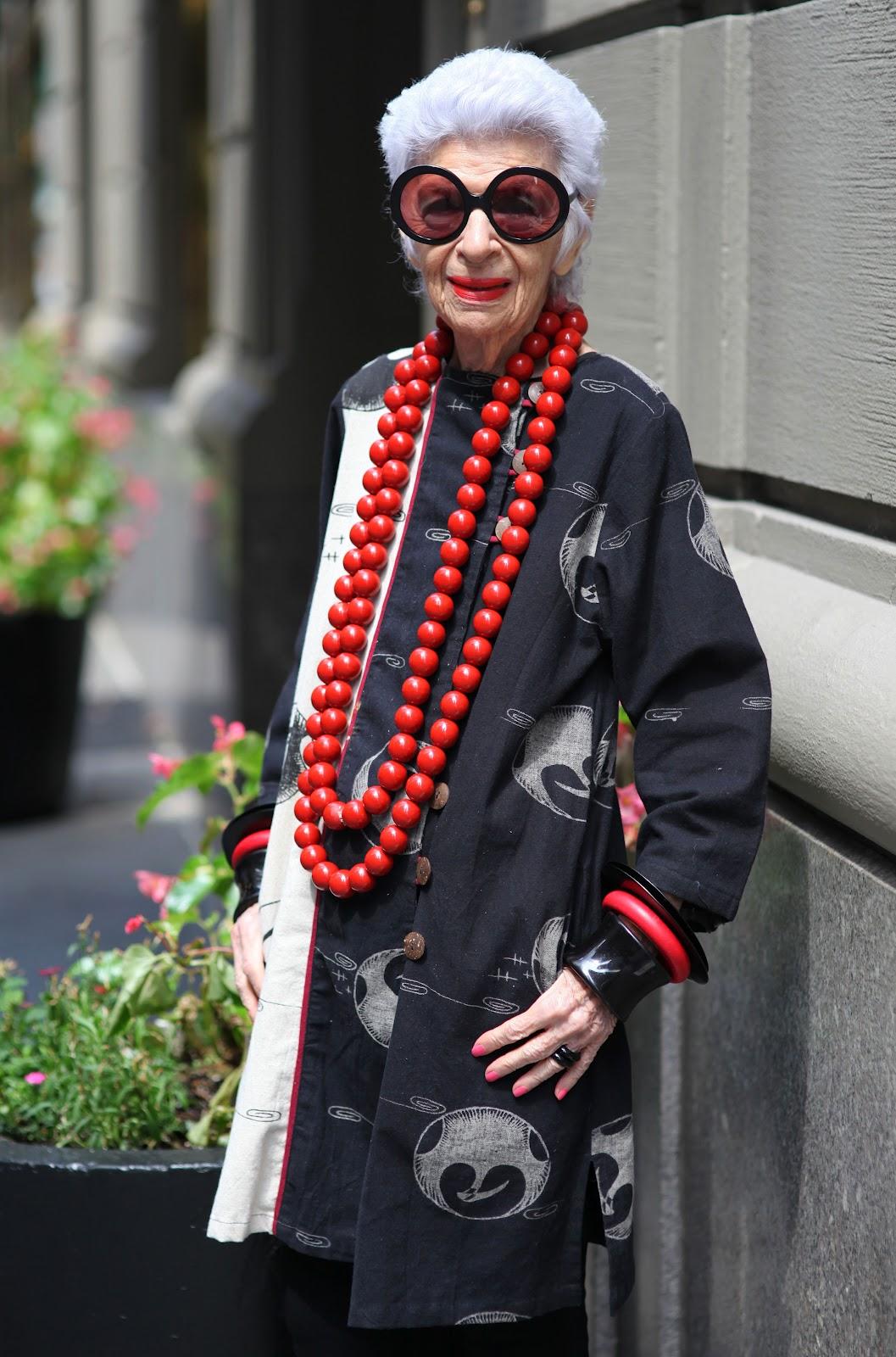 Bà Iris Apfel sinh năm 1921 tại New York, Mỹ. Thời thơ ấu, bà thường đến nhà ông bà chơi và tại đây, bà được tiếp xúc với vải vụn, phần dư ra sau khi mọi người may xong các sản phẩm từ thiện.