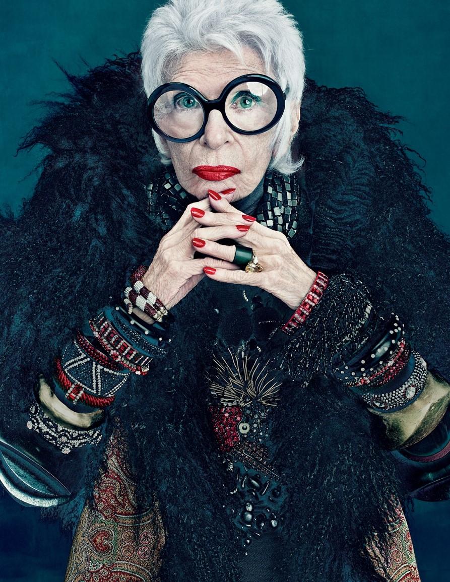 """""""Tôi nhận được nhiều bức thư từ những người phụ nữ lớn tuổi và cả những người trẻ tuổi ở cả 2 giới, và họ đều nói với tôi một điều giống nhau rằng tôi đã truyền cảm hứng cho họ, cho họ sự can đảm và cho họ cảm giác tự do, được phép làm rất nhiều thứ họ không nghĩ rằng họ có thể làm được. Điều đó làm tôi hạnh phúc"""", bà Iris Apfel nói trong một cuộc phỏng vấn."""