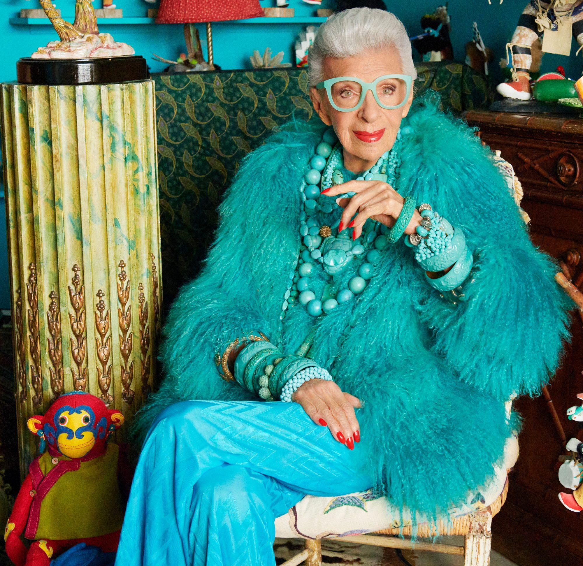 """Nhà thiết kế (NTK) Iris Apfel không còn quá xa lạ với làng thời trang thế giới, đặc biệt ở giai đoạn bà ngoài 80 tuổi trở lên. Thời điểm đó, nếu nhiều người """"lui về vườn"""", an dưỡng tuổi già thì bà bước vào giai đoạn sung sức, muốn cống hiến cho nghệ thuật."""