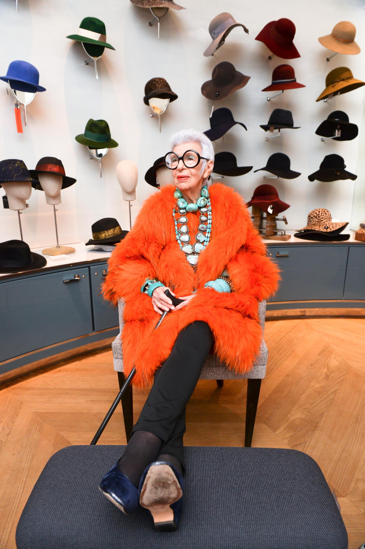 """Trong cuốn sách Iris Apfel: Accidental Icon (Iris Apfel: Biểu tượng tình cờ), bà Iris Apfel tiết lộ công việc đầu tiên mà bà đã làm là viết bài cho tạp chí thời trang nổi tiếng Women's Wear Daily. Sau khi cùng chồng mở công ty vải, bà tự đặt cho mình biệt danh """"Đệ nhất phu nhân vải"""". Đến năm 2005, ở tuổi 80, tại cuộc triển lãm quần áo và phụ kiện cá nhân tại Bảo tàng Nghệ thuật Metropolitan, bà Iris Apfel thu hút sự chú ý của nhiếp ảnh gia nhiếp ảnh gia thời trang Bill Cunningham. Cuộc triển lãm giúp tên tuổi của bà càng được biết đến nhiều hơn và sau đó, vô số thương hiệu đã tìm đến để hợp tác."""