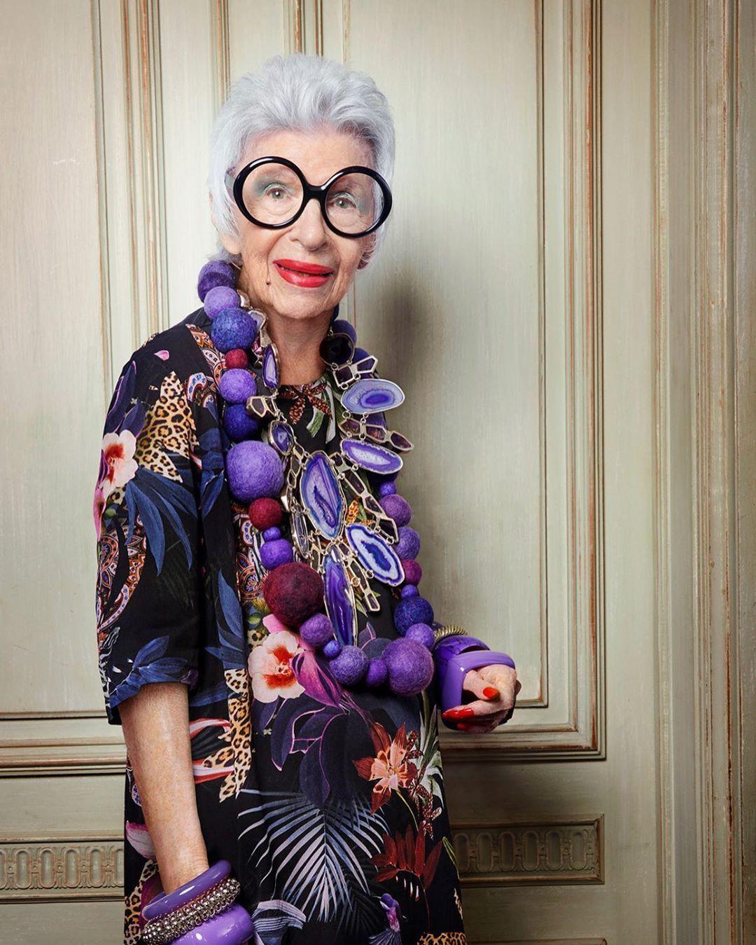 Mỗi lần xuất hiện, Iris Apfel gây ấn tượng với cặp kính tròn, nhiều phụ kiện từ nhẫn, vòng tay, vòng cổ, hoa tai và quần áo màu rực rỡ. Bà Iris Apfel định hình phong cách này cho mình từ khi trở thành người mẫu.