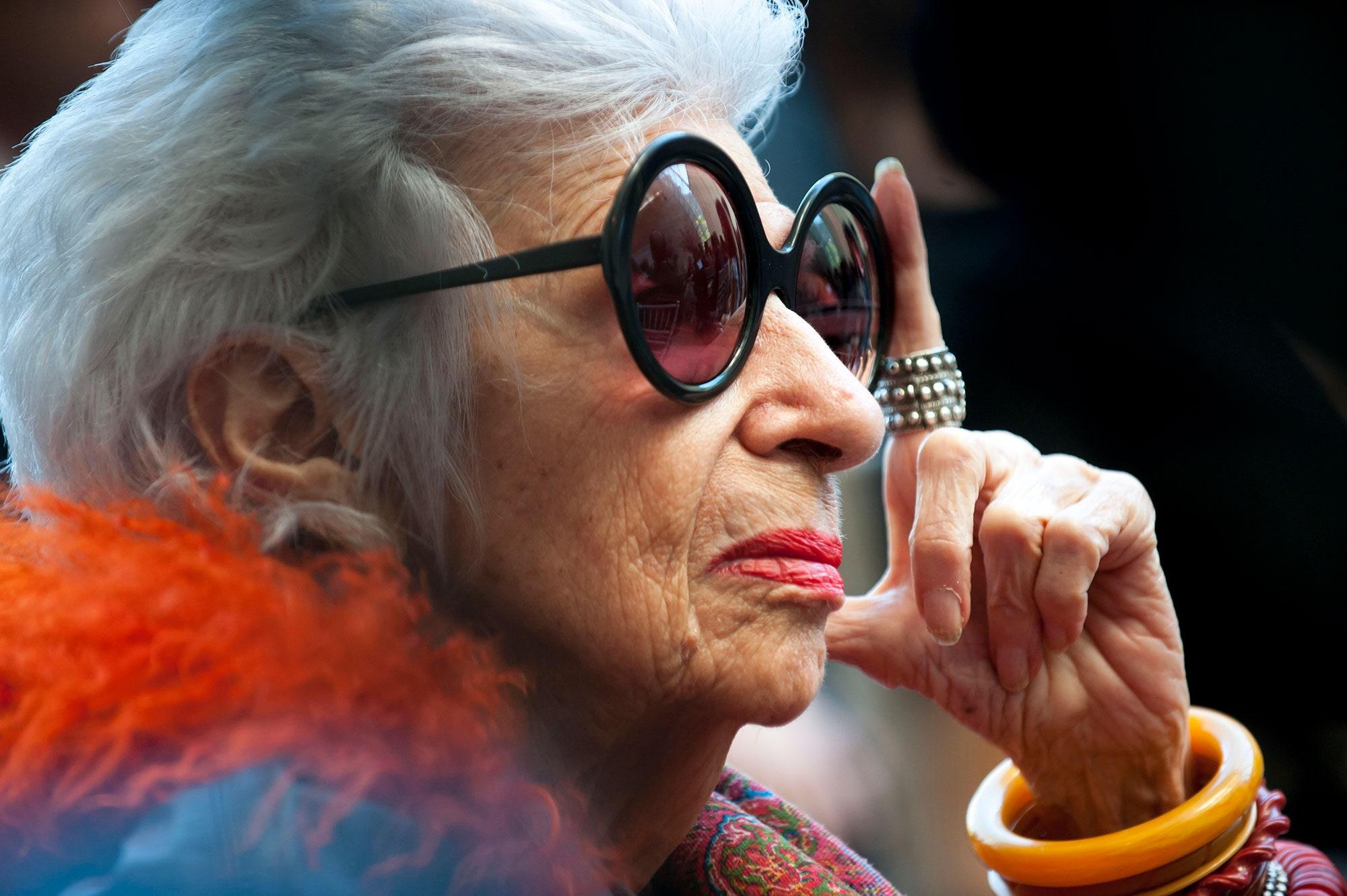 Ở tuổi 100, bà Iris Apfel liên tục làm việc. Bà vừa ra mắt cuốn sách tô màu nhằm giúp mọi người tìm thấy sự vui vẻ. Bà đảm nhận công việc thiết kế nội thất cho một đơn vị chuyên bán đồ gia dụng của Mỹ.