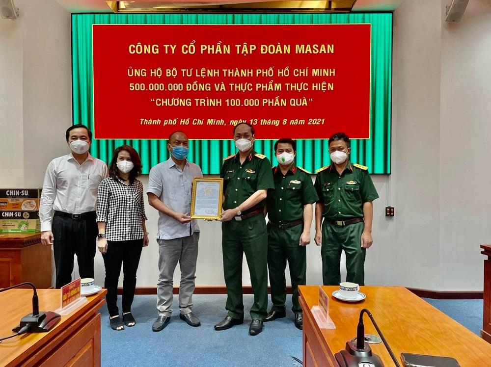 Đại diện Tập đoàn Masan trao tặng 500 triệu đồng và nhu yếu phẩm đến Bộ tư lệnh TPHCM - Ảnh: Masan Group