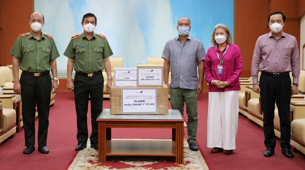 Đại diện Tập đoàn Masan trao vật tư y tế đến lực lượng công an TPHCM - Ảnh: Masan Group
