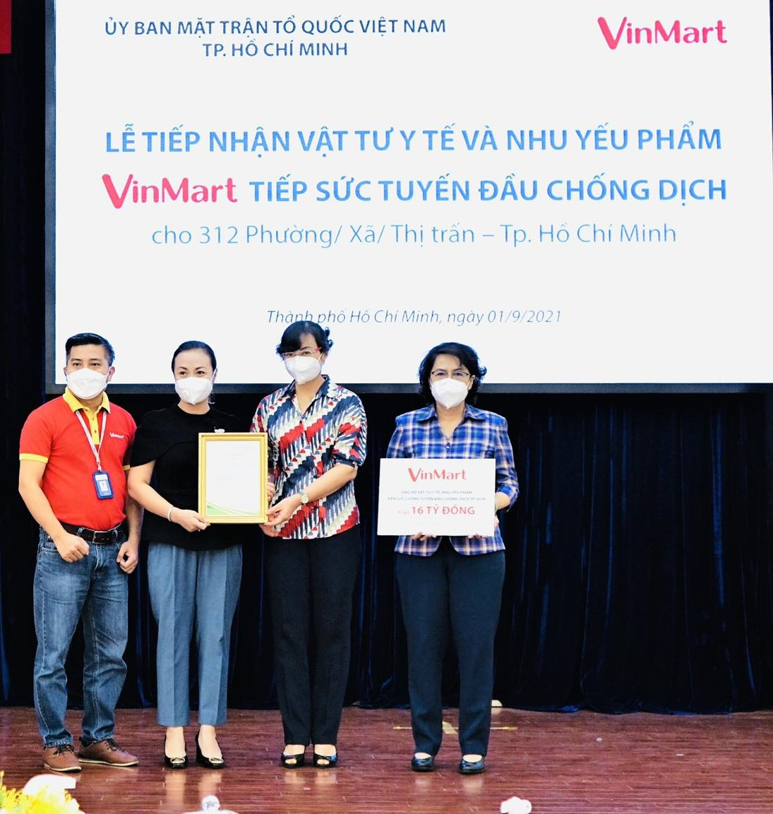 Đại diện UBND TPHCM tiếp nhận tài trợ từ  đại diện siêu thị VinMart - Ảnh: Masan Group