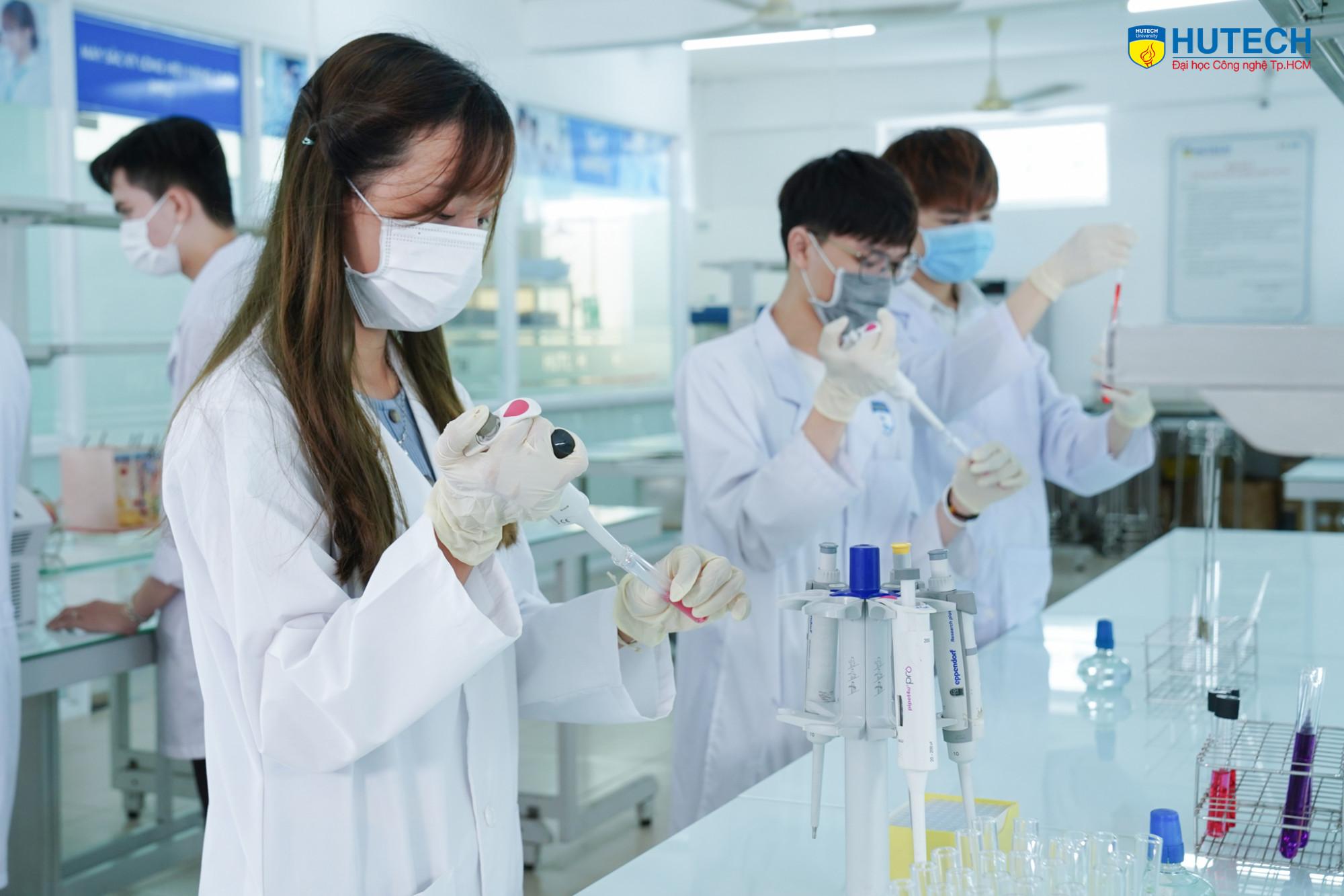 Nhóm ngành Kỹ thuật xét nghiệm y học, Điều dưỡng, Dược học nhận hồ sơ từ 19,5 - 24 điểm - Ảnh: HUTECH