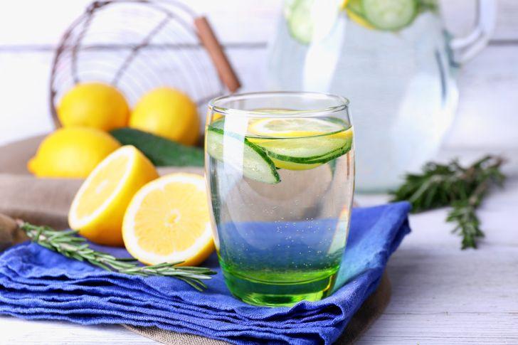 1 lít nước có ga đường theo khẩu vị 3 quả dưa chuột 1 quả ớt chuông lớn 1 vôi 3 quả chanh lá bạc hà hoặc lá estragon Nước đá