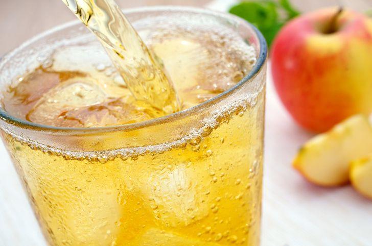 1 lít nước ép táo (tươi hoặc đóng gói) cây bạc hà 100 ml nước chanh 1 quả chanh Nước đá Làm thế nào để làm cho nó:  Cắt chanh thành các khoanh tròn. Cho nước ép táo và chanh vào bình đựng. Thêm các lát chanh, bạc hà và đá. Bạn có thể phục vụ đồ uống với những lát táo.