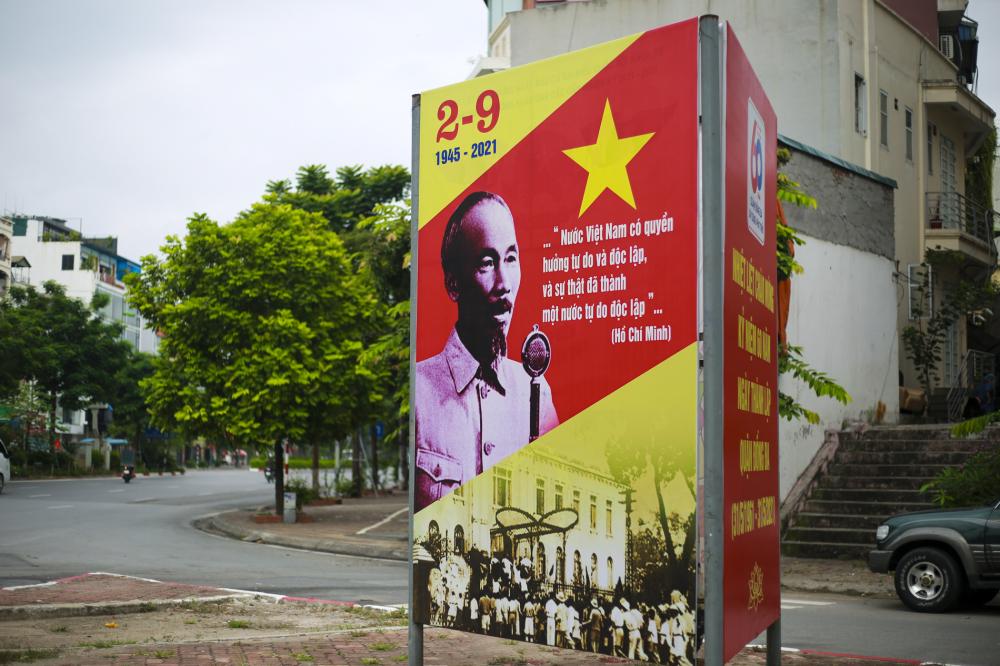 Tấm pano lớn với hình ảnh Chủ tịch Hồ Chí Minh đọc bản Tuyên ngôn Độc lập ngày 2-9-1945 được trưng bày tại nhiều con đường trong thành phố.