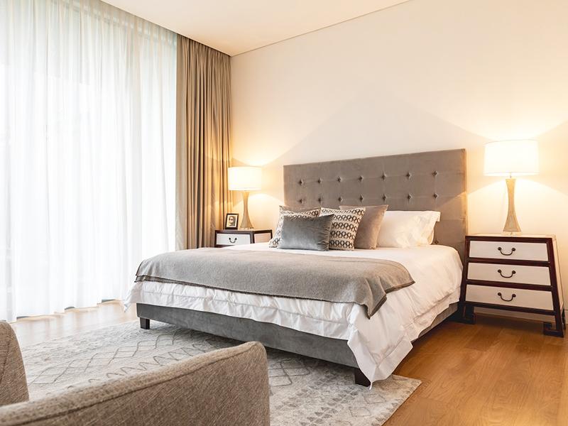 Các khách sạn tốt luôn có một số kết hợp đệm trên giường. Bạn thường có thể thấy sự pha trộn giữa đệm vuông to bản và đệm phong cách Châu Âu ở phần tựa đầu. Chúng tạo ra một ấn tượng ấm cúng và phục vụ một chức năng. Vấn đề là, bạn sử dụng một số trong số chúng cho giấc ngủ và một số khác khi bạn đang ngồi trên giường để xem TV hoặc đọc sách.