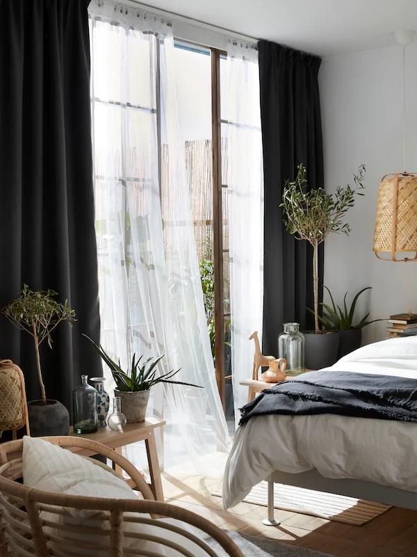 Rèm cửa trong các phòng khách sạn che toàn bộ cửa sổ để ngăn ánh sáng vào bên trong. Thật hoàn hảo nếu bạn sử dụng rèm cản sáng. Những chiếc rèm như vậy sẽ cho phép bạn ngủ ngon hơn vào ban đêm và thức dậy khi bạn muốn chứ không phải khi mặt trời muốn bạn.