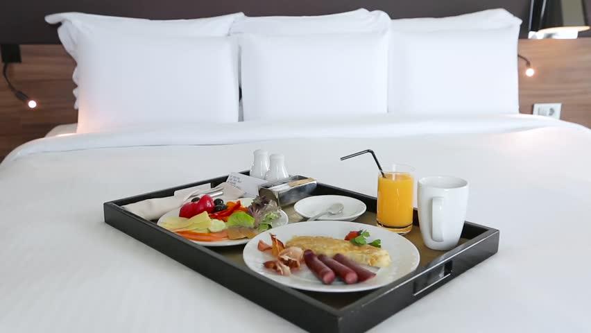 Nếu bạn muốn có cảm giác như đang sống trong một khách sạn, bạn có thể cân nhắc mua một khay đồ ăn sáng nhỏ. Hãy thưởng thức bữa sáng của bạn vào buổi sáng nếu bạn không quá vội vàng. Bạn cũng có thể làm điều gì đó vừa ý cho đối tác của mình - làm bánh kếp và phục vụ họ trên khay này. Ngoài ra, khay có thể là một phụ kiện nhà bếp tuyệt vời.