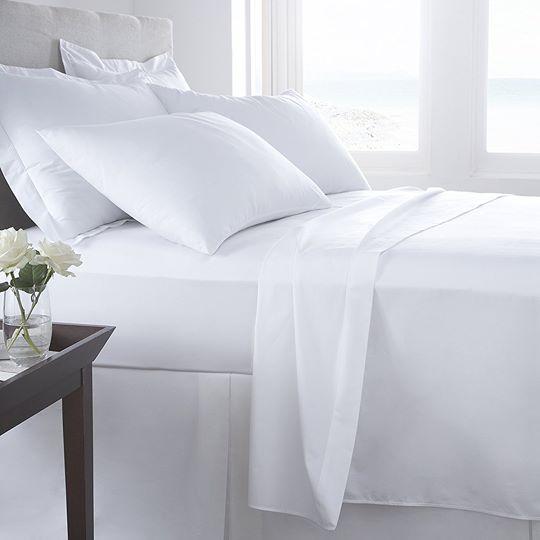 Để  làm cho phòng ngủ của bạn trông giống như một phòng khách sạn, hãy mua một bộ ga trải giường dày màu trắng. Phòng khách sạn thường có satin hoặc percale. Nhưng vải không quan trọng lắm: điều quan trọng hơn là các tấm khăn trải giường được ép và chúng phát ra âm thanh khi bạn chạm vào.