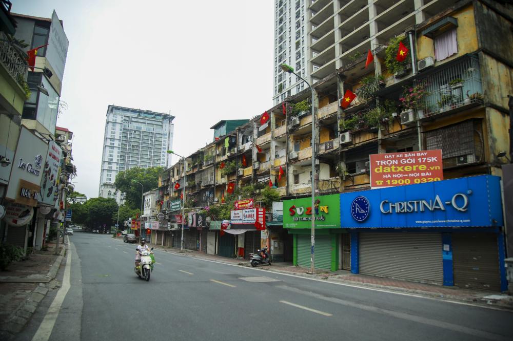 Trên các tuyến phố Hà Nội đều trang trí cờ hoa, băng - rôn, panô, áp phích để chào mừng kỷ niệm 76 năm Quốc khánh nước Cộng hòa xã hội chủ nghĩa Việt Nam (2/9/1945-2/9/2021).