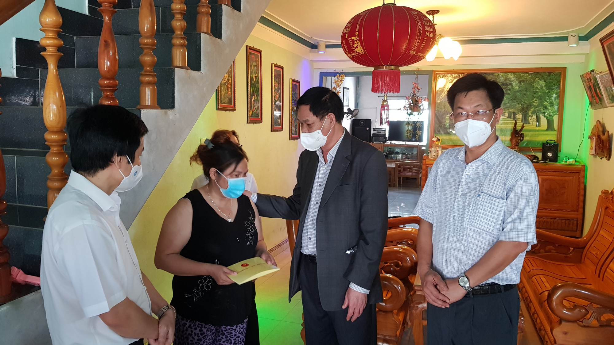 Đồng chí Huỳnh Tấn Việt thăm, động viên một số bếp ăn thiện nguyện ở thị xã Đông Hòa