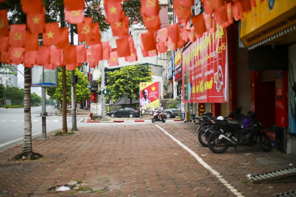 những phố phường vẫn quen thuộc, nay được tô điểm thêm sắc đỏ chào mừng Quốc khánh 2/9.