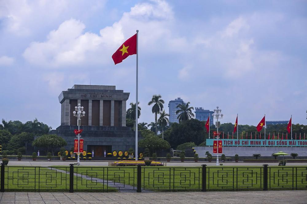 Lá cờ đỏ sao vàng tung bay trước Lăng Chủ Tịch Hồ Chí Minh.