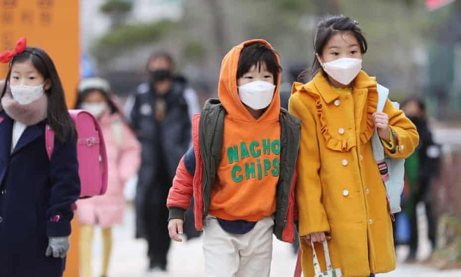 Trẻ em ở Hàn Quốc đeo khẩu trang khi đến trường