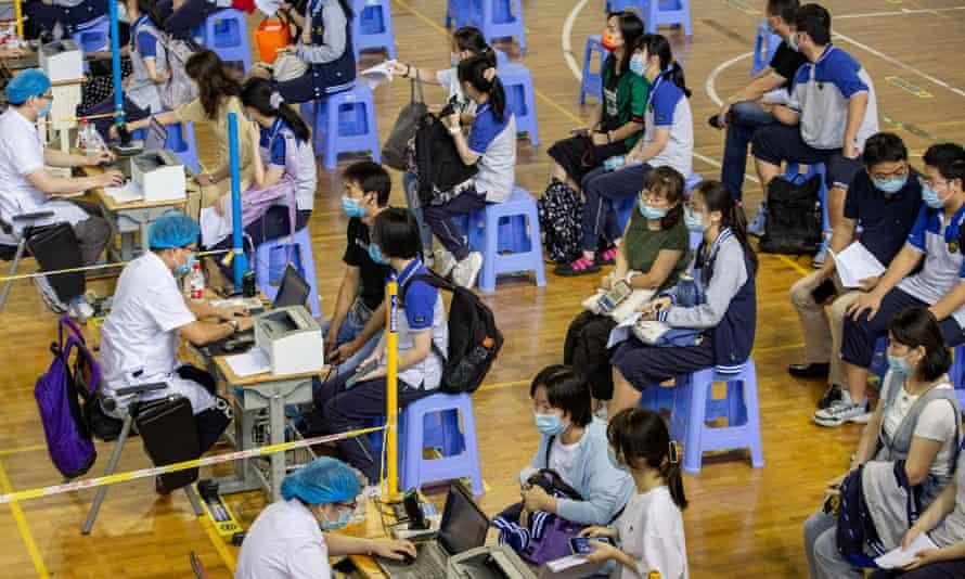Học sinh trung học ở Nam Kinh xếp hàng chờ đăng ký tiêm vắc xin COVID-19