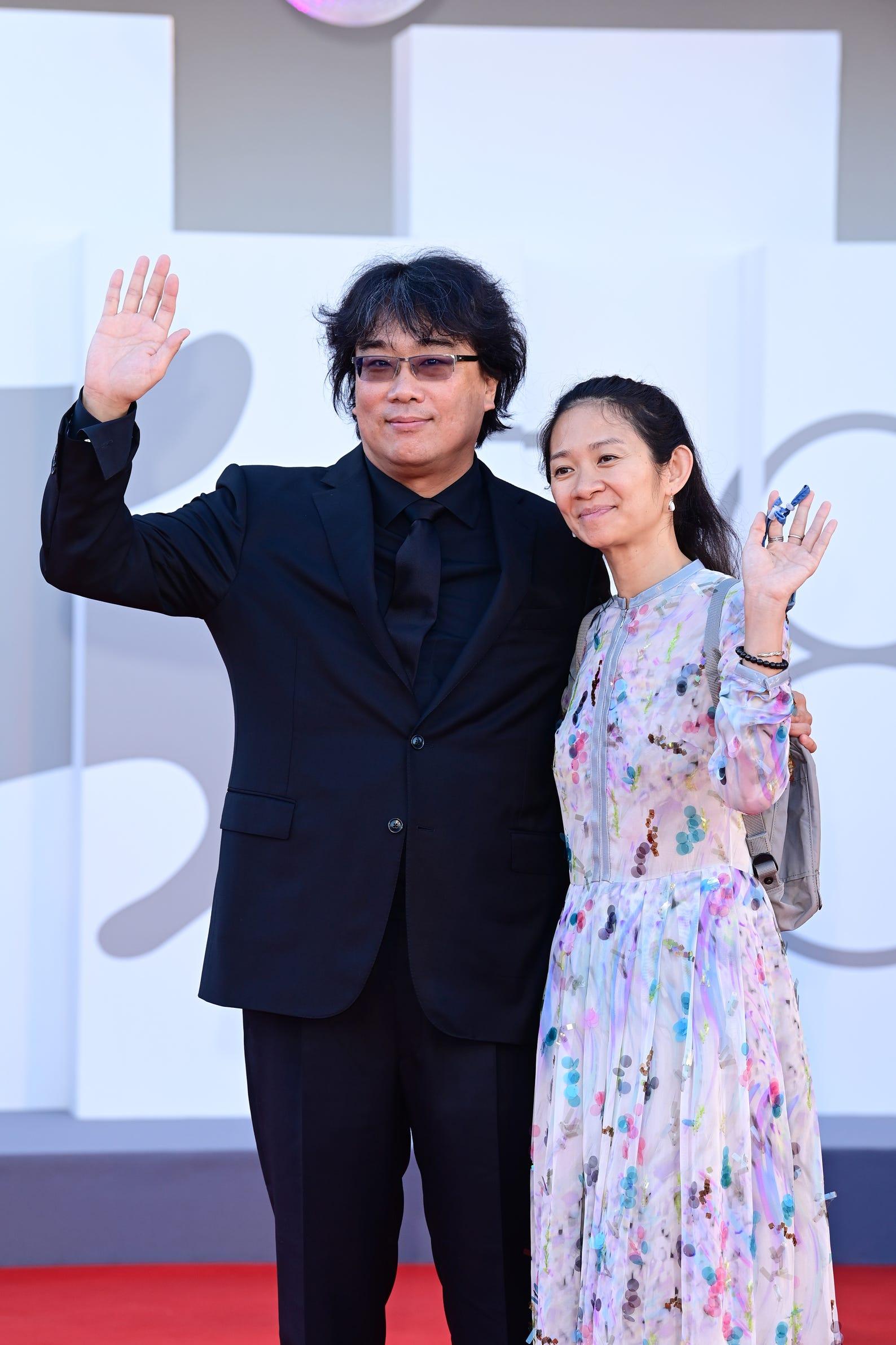 Đạo diễn Bong Joon Ho và đạo diễn Chloé Zhao tại thảm đỏ ngày đầu tiên.