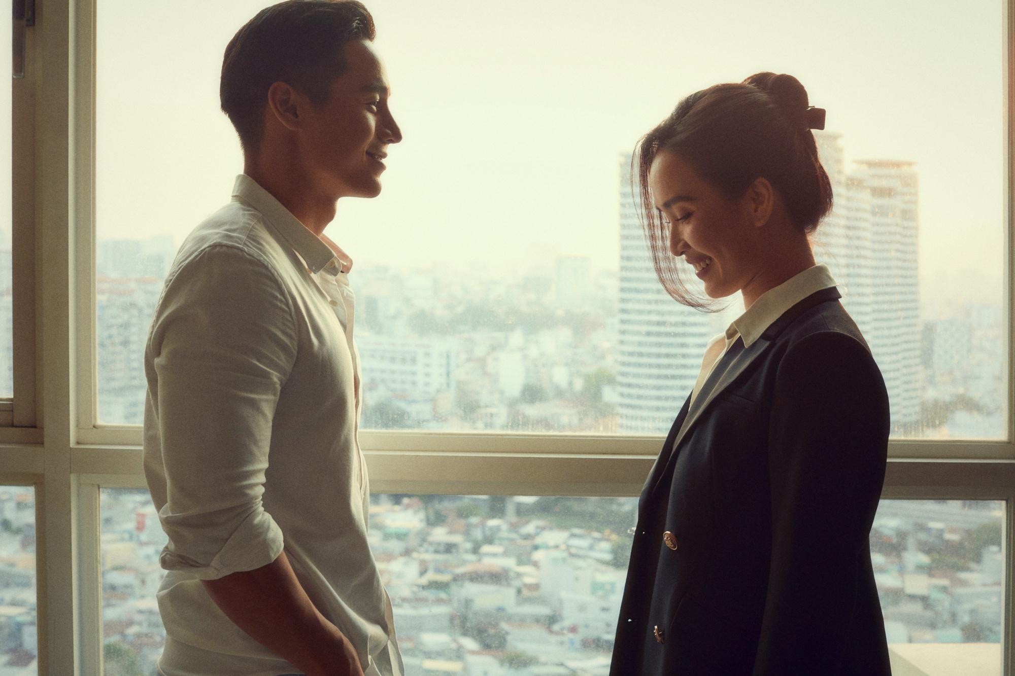 Ca sĩ Ái Phương chọn hình ảnh chững chạc khi xuất hiện ở phần đầu của MV.