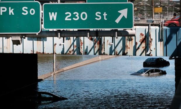 Nhiều ô tô bị ngập nước trên đường cao tốc tại thành phố New york.