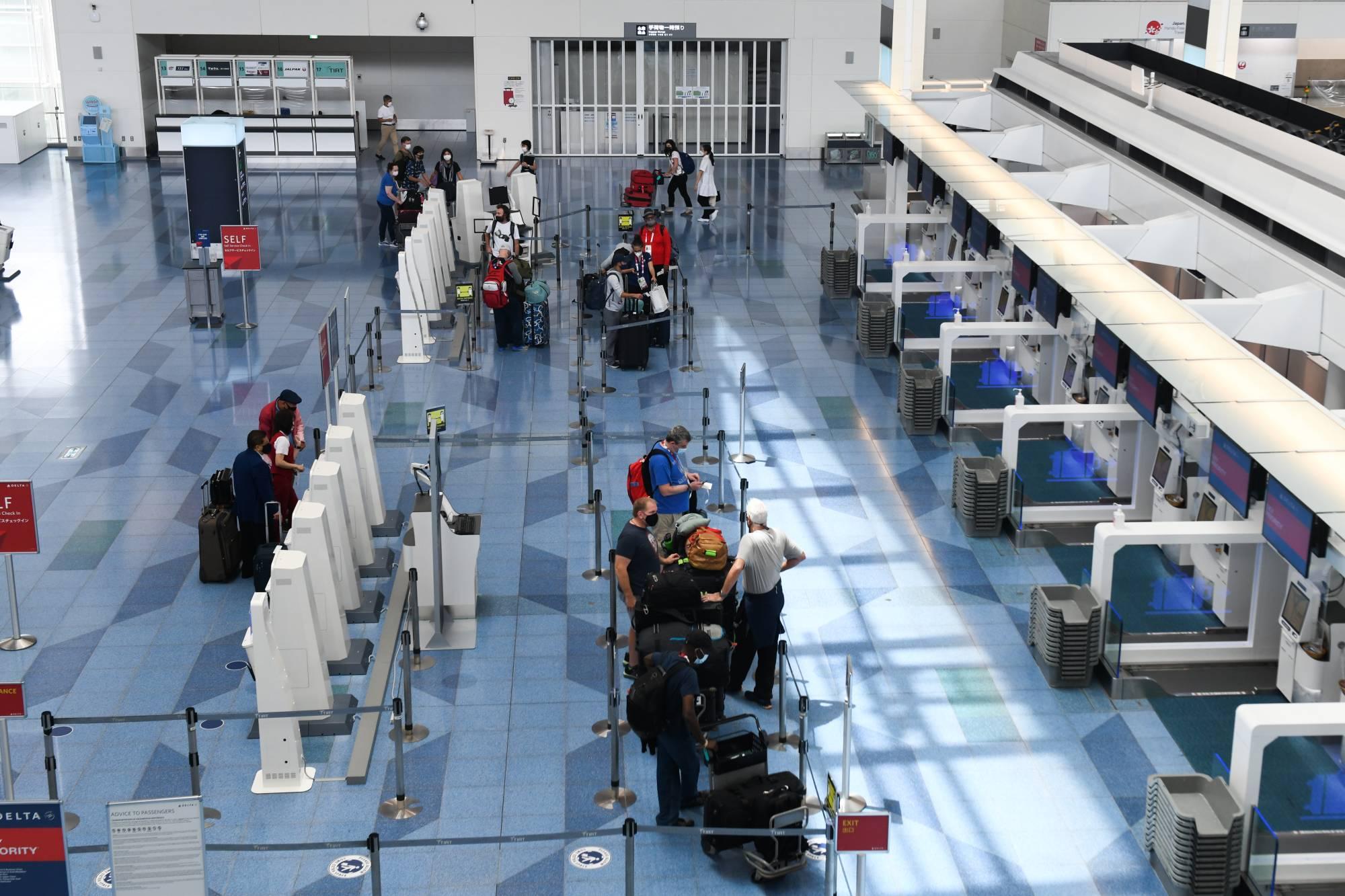 Hành khách làm thủ tục nhập cảnh tại Sân bay Haneda của Tokyo vào tháng 8