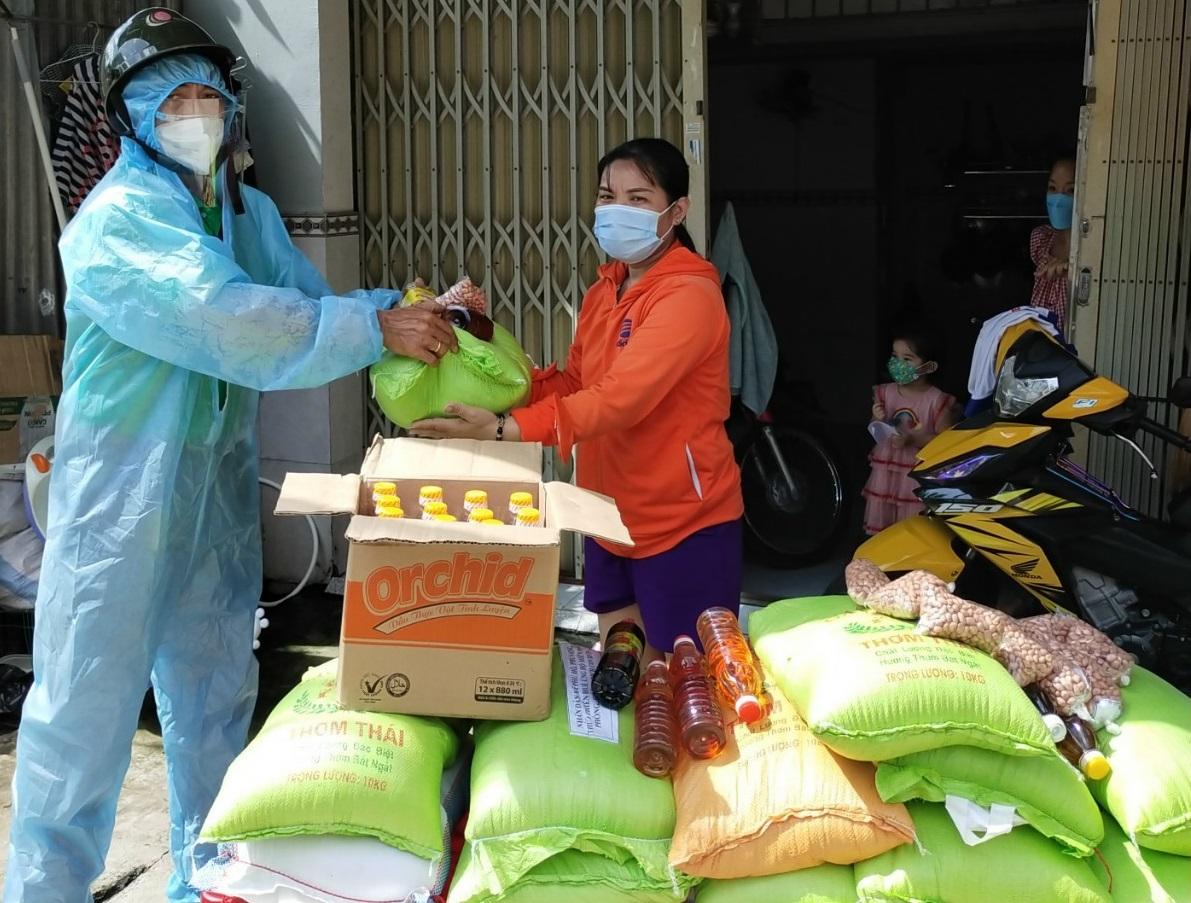 Lực lượng chức năng quận Bình Tân trao quà hỗ trợ cho người dân khó khăn trên địa bàn.